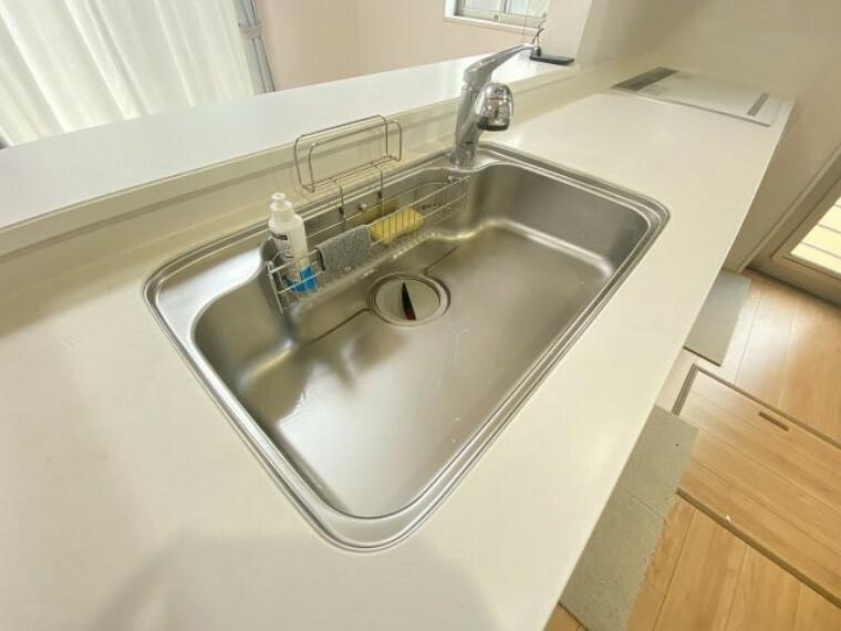 キッチン 人造大理石のシステムキッチン!汚れが付きにくくお手入れ楽々です