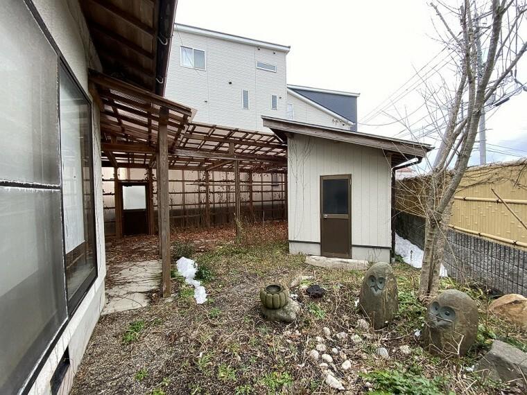 北側のお庭です。大きな物置と、屋根付き物干しスペースがあります。 塀で囲まれているため、プライベート空間として使えます!