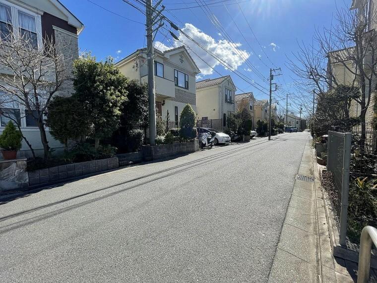現況写真 ■前面道路を含む現地外観■ 46棟の細田工務店旧分譲で美しい街並みが広がります。 近隣には小さな公園が多数点在していて、緑溢れる閑静な地で、潤いの時間を過ごせます。