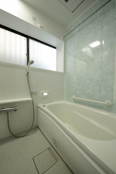 浴室 優しい色合いの壁は光沢があり汚れも落ちやすいです。