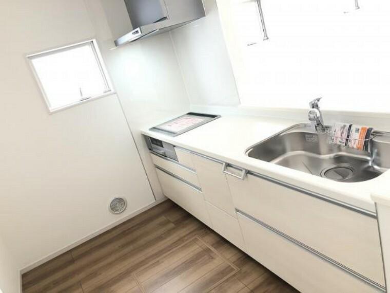 浴室 【キッチン】ワークトップは傷や熱に強い人工大理石仕様で美しさと保ちます。