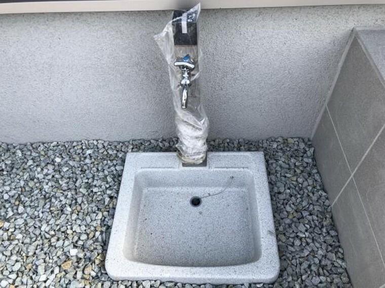 【外水道】車の洗車や、お子さんとの水遊びにも嬉しい水道付きです。