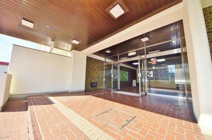 エントランスホール 間口のとれた広い正面玄関。小さなホテルを思わせるような、品のいい佇まいが最適な暮らしを提供します。