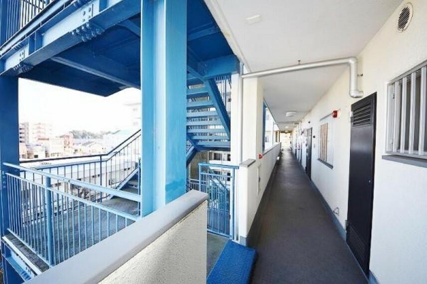 共用廊下部分も幅広くゆったりとした開放感があります。歩く人の視線や靴音が気にならない設計空間です。