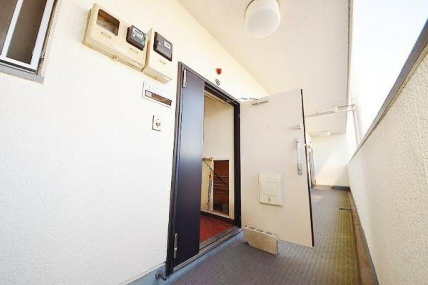 玄関 玄関扉はどっしりとした重量感の有る明るい空間です。