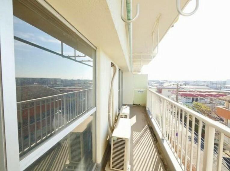 バルコニー 開放的な住戸バルコニー南西の大きな窓からは陽光がたっぷり入り 快適な団らん空間を創り出します。