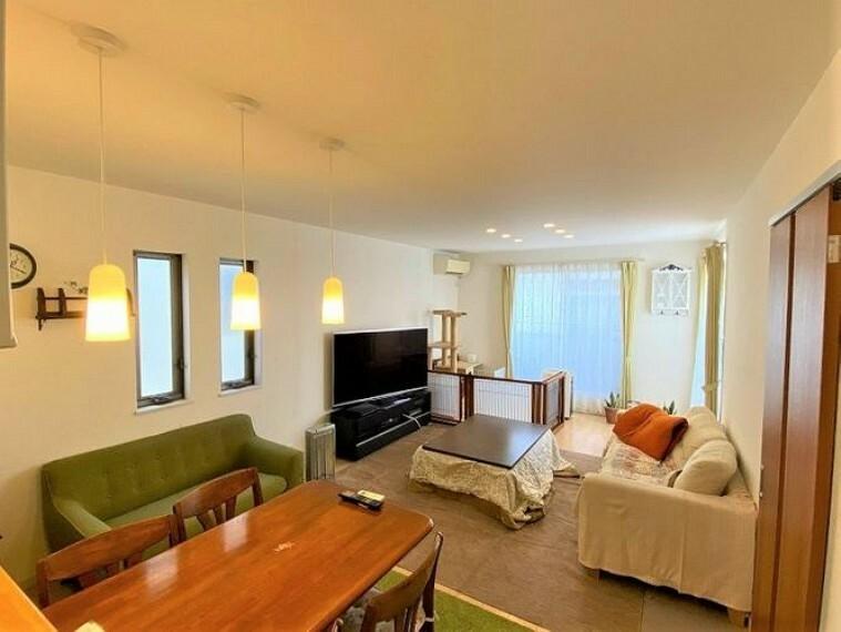 居間・リビング 南面にバルコニーがある明るいリビングは家族がくつろぐ場所としてふさわしいお部屋です