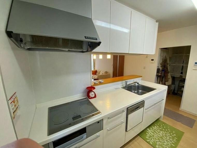 キッチン キッチン横にはパントリーがあり、食品ストックを置くのに大変便利です
