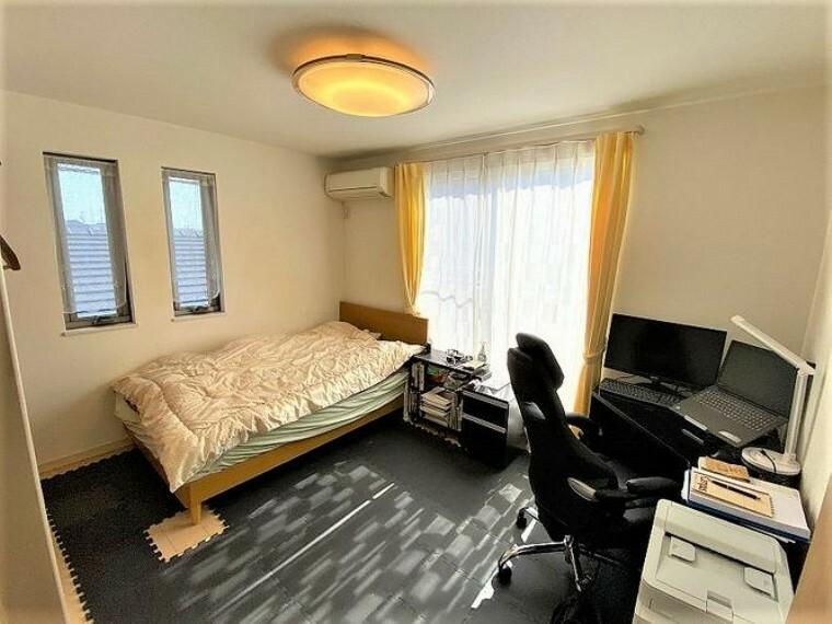 寝室 寝室はウォークインクローゼット付きの8帖!大き目のベッドを置いても余裕のある広さです
