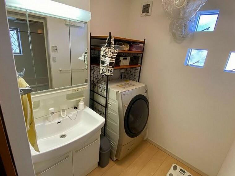 洗面化粧台 清潔感溢れるシャンプードレッサー!ワイドな三面鏡は2人並んでも狭さを感じずに身支度できるので朝の混雑時も安心