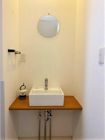 洗面化粧台 2階にあるトイレの横には個別に手洗い場を設置