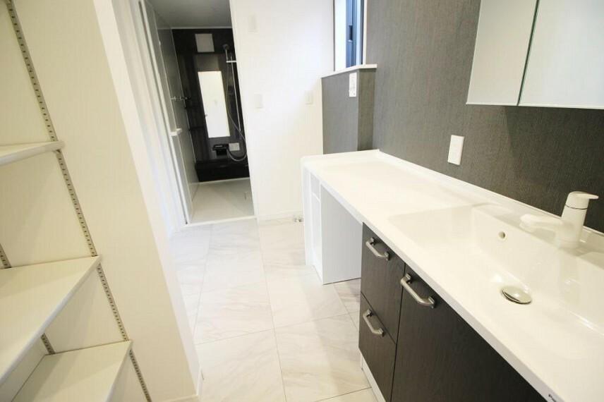 洗面化粧台 カウンターと可動棚を設置し、朝晩使う洗面空間がより使いやすくなりました!