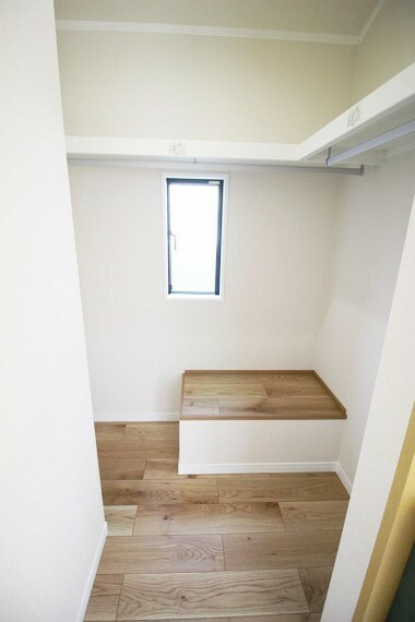 収納 ハンガーパイプや棚を配置し、衣類や小物を効率的に収納できます