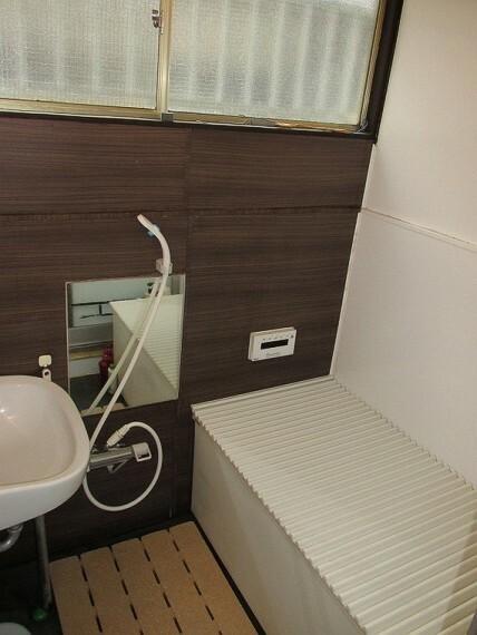 浴室 効率的な換気の出来る窓の付いた浴室