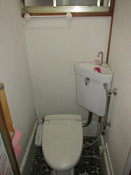 トイレ 窓の付いたウォシュレット機能付き1階トイレ