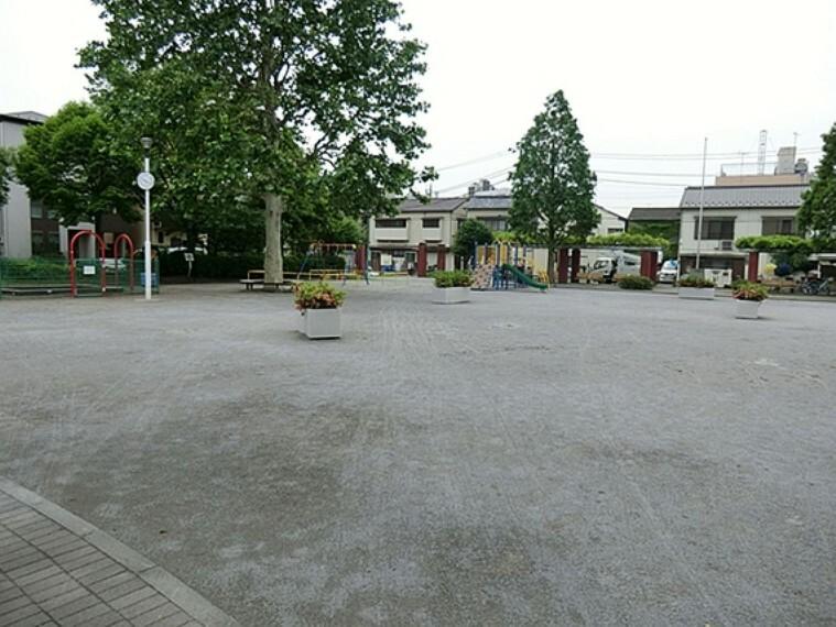 公園 千住公園:400m:足立区千住大川町の「千住公園」は、子どもに人気のじゃぶじゃぶ池と複合遊具のある公園です。