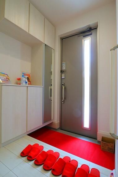 玄関 玄関  収納力十分なシューズボックス付き  スッキリとした玄関でお客様をお迎えできますね