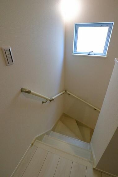 階段  手すり付きの階段  小さなお子様やご年配の方にも安心です