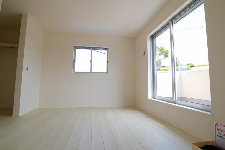 洋室 洋室  2面採光のお部屋は明るく風通しも良いです  収納スペースが充実しています