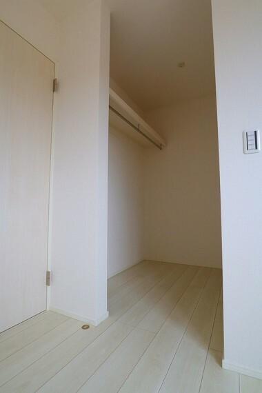 ウォークインクローゼット ウォークインクローゼット  各部屋にあります  季節物の収納などに便利です