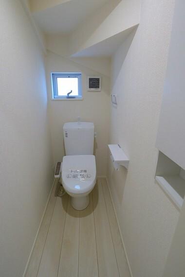 トイレ トイレ  1階、2階にトイレがあります  温水洗浄便座で寒い季節も快適です