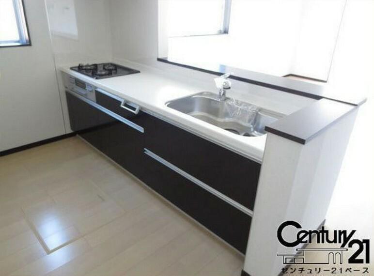 同仕様写真(内観) ■キッチンパネルは油などの汚れが付着しにくく、毎日のお手入れが簡単なので清潔なキッチンが保てます!■