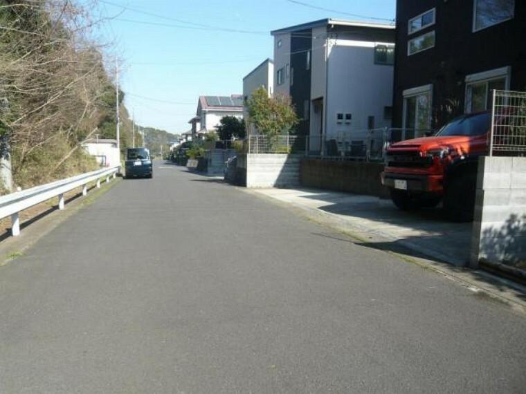 現況写真 お車の出し入れ楽々の広い公道