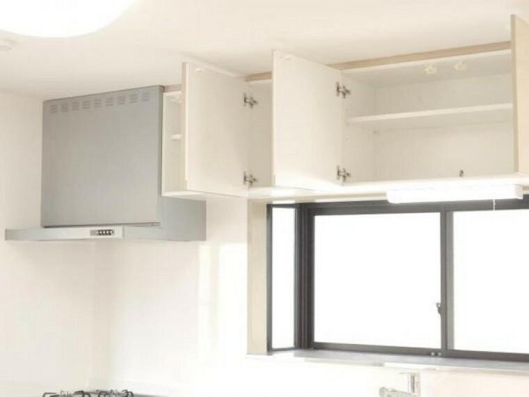 【同仕様写真】システムキッチンには吊戸もついています。ハウステック製の吊戸は地震などで吊戸に振動が伝わると自動でロックがかかる機能がついているので安心してお使いいただけます。