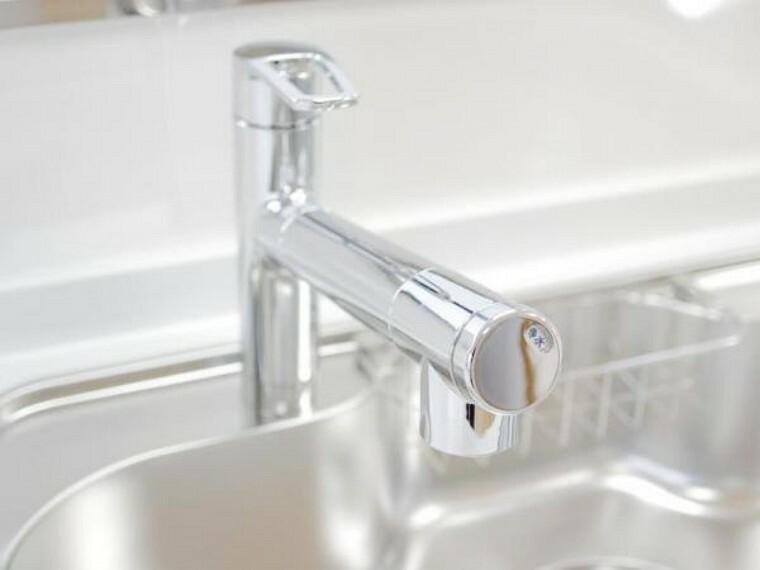 【同仕様写真】キッチン水栓金具は「かゆい所に手が届く」シャワータイプ。浄水機能付きなので安心してお使いいただけます。一体型の浄水器なので汚れにくくお手入れ簡単ですよ。