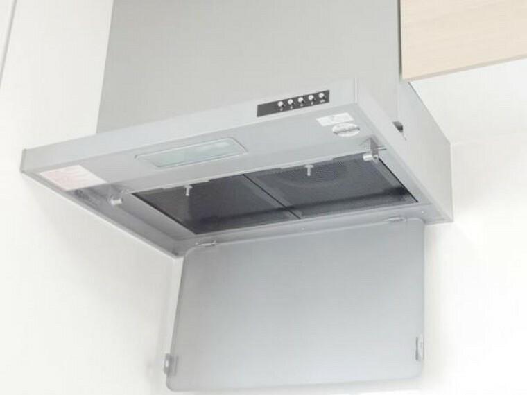 【同仕様写真】システムキッチンの換気扇は薄型のシロッコファンを設置予定です。シロッコファンはプロペラファンに比べて空気を吸い込む力が強く、構造的に風の影響を受けにくく逆流しにくいという特徴があります。