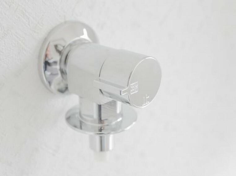 【同仕様写真】洗濯機用の水栓と排水口は新品に交換予定です。こういった細かい箇所であっても既存の器具を使用せずに新品に交換することで、入居時に安心してご利用頂くことができます。