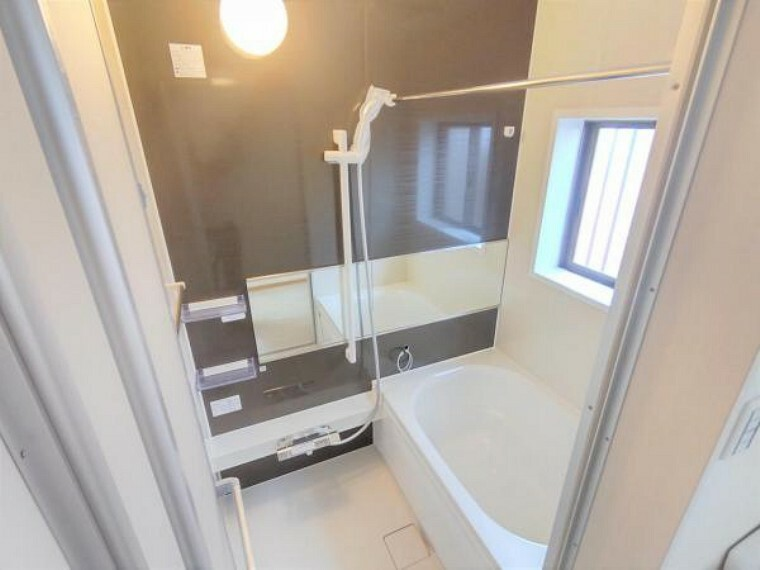 浴室 【リフォーム済】浴室は新品のハウステック製ユニットバスを設置致しました。心地よい入浴を可能にした形状の浴槽は安全面を考慮し床に凹凸が付いています。一日の疲れを癒せますよ。
