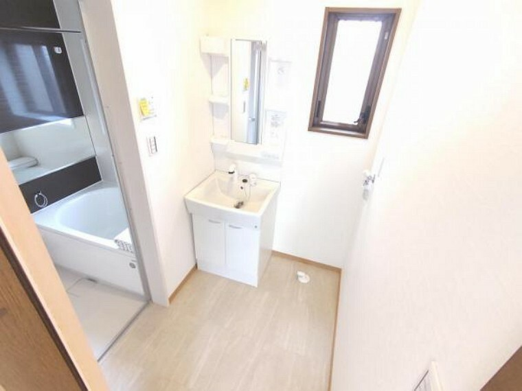 洗面化粧台 【リフォーム済】1階洗面脱衣室です。洗面化粧台はハウステック製の新品に交換致しました。床クッションフロアの張替、壁天井のクロス張替、照明交換を行いました。