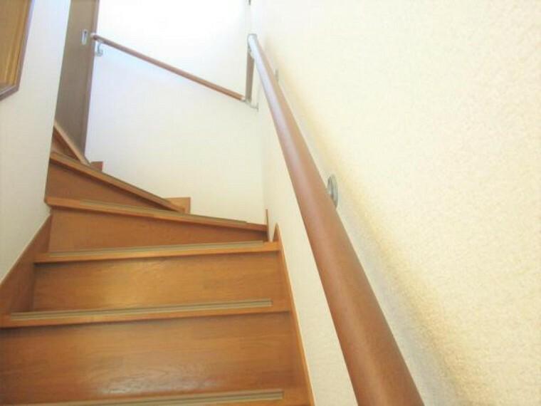 【リフォーム済】階段はワックスがけを行いました。手すりも設置しましたので、小さいお子さんでも安全に上り下りできますので、安心ですよ。