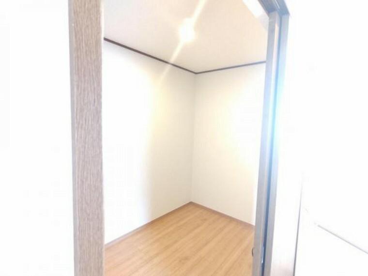 【リフォーム済】2階の納戸です。壁天井のクロス張替、照明交換を行いました。