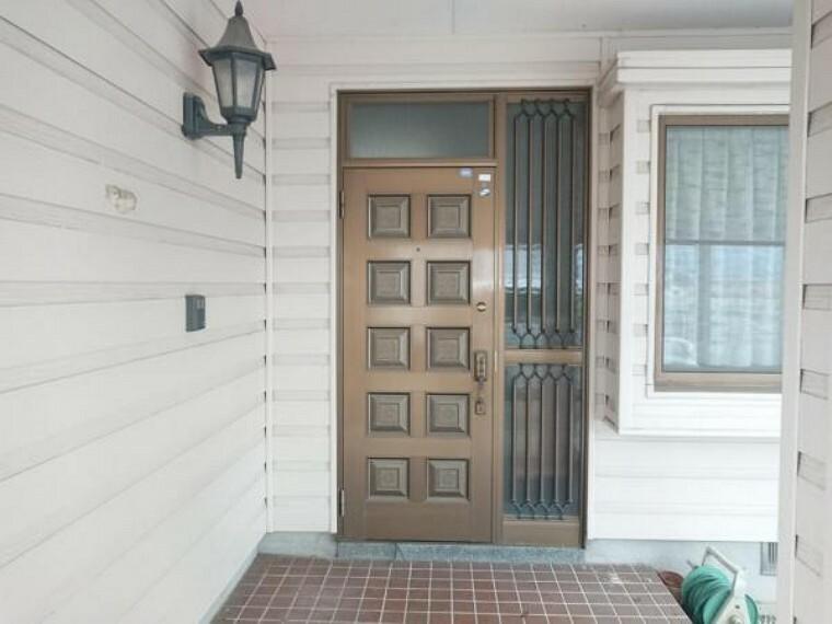 玄関 【リフォーム前】玄関ドアの写真です。現在リフォーム企画中。