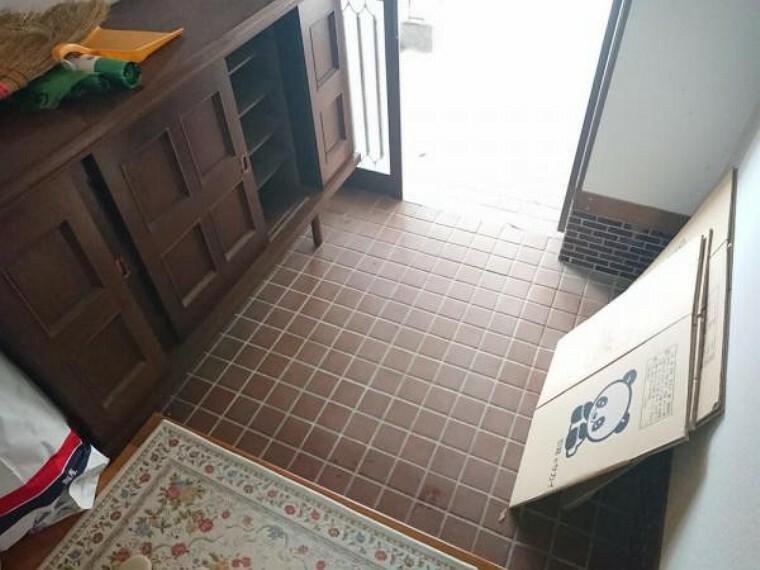 玄関 【リフォーム前】玄関ホールの写真です。現在リフォーム企画中。