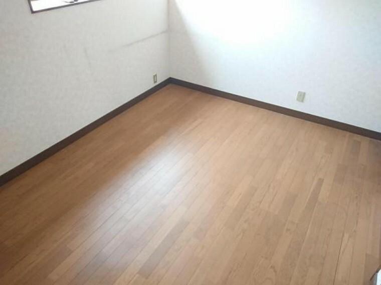 洋室 【リフォーム前】2階東側洋室の写真です。現在リフォーム企画中。