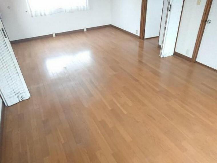 洋室 【リフォーム前】2階西側洋室の写真です。現在リフォーム企画中。