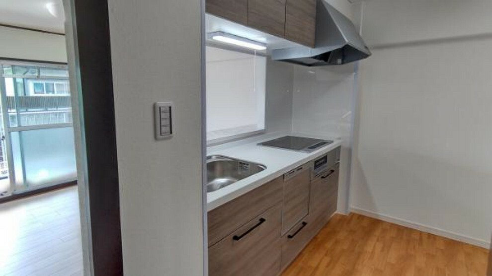 キッチン 【リフォーム後】キッチンは新しく交換しました。カウンターキッチンになっております。食洗機も付いていて便利ですね。
