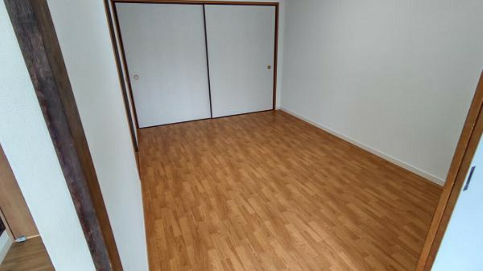 【リフォーム後】6帖の和室から下地を組み直して洋間に変更しました。床はクッションフロアで施工しています。