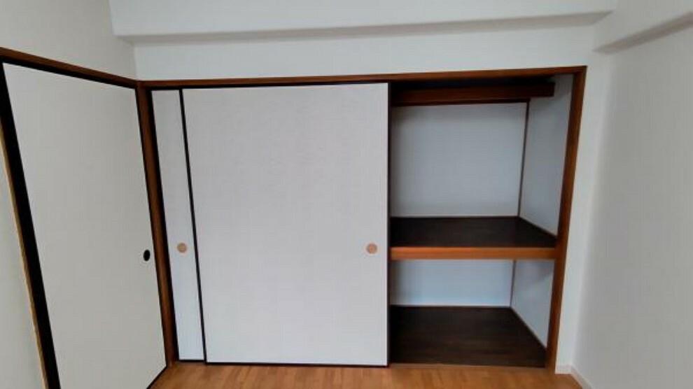 収納 【リフォーム後】和室から洋間に変更したお部屋の収納です。幅が広くお布団などを収納するのにぴったりです。