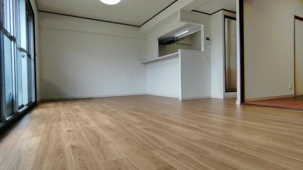 居間・リビング 【リフォーム後】東側から撮影したリビングです。対面キッチンなのでキッチンからリビングが見渡せますね。