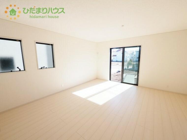 居間・リビング 南に面した窓からは暖かい日差しが降り注ぎます(#^.^#)