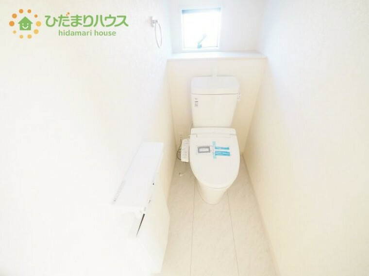トイレ 小窓が付いているので、トイレも明るい空間になっております