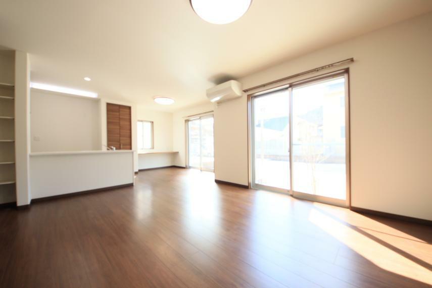 居間・リビング 19帖のリビングとカウンター式のキッチン お子様の様子を見ながら家事ができて安心! 南側の窓も大きく明るいリビングです○