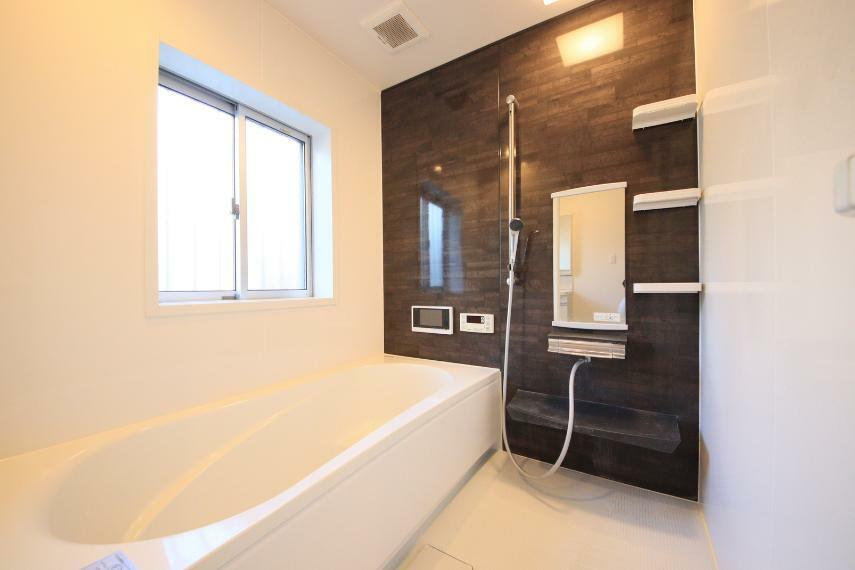 浴室 お風呂は人気の1坪バス○広い浴槽に浸かって毎日のリラックスタイムを!