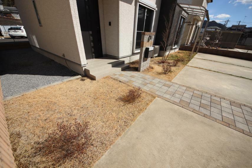 庭 かわいい植栽が並んだ玄関前○これからの季節が楽しみですね!