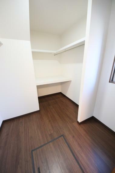 収納 和室にはファミリークローゼットとして利用できるWIC 和室の収納となっているため老後も使いやすい設計です!枕棚、中段もついてて収納力があります○