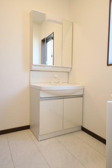 洗面化粧台 3面鏡、シャワーヘッド付きの洗面台 収納力もたっぷりですので奥様の化粧品などたくさん収納しちゃって下さい○